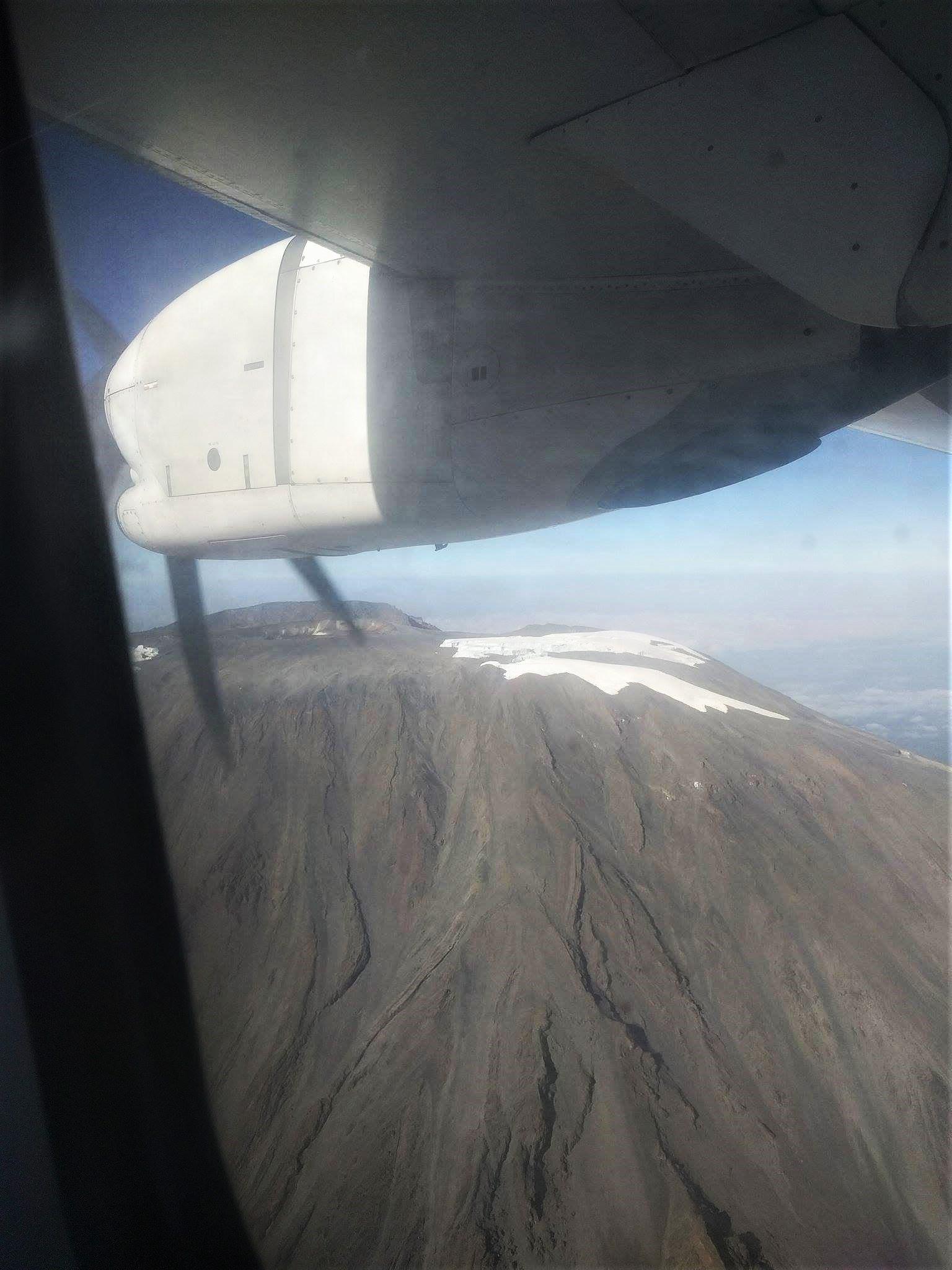 Zicht op Mount Meru vanuit het vliegtuigje