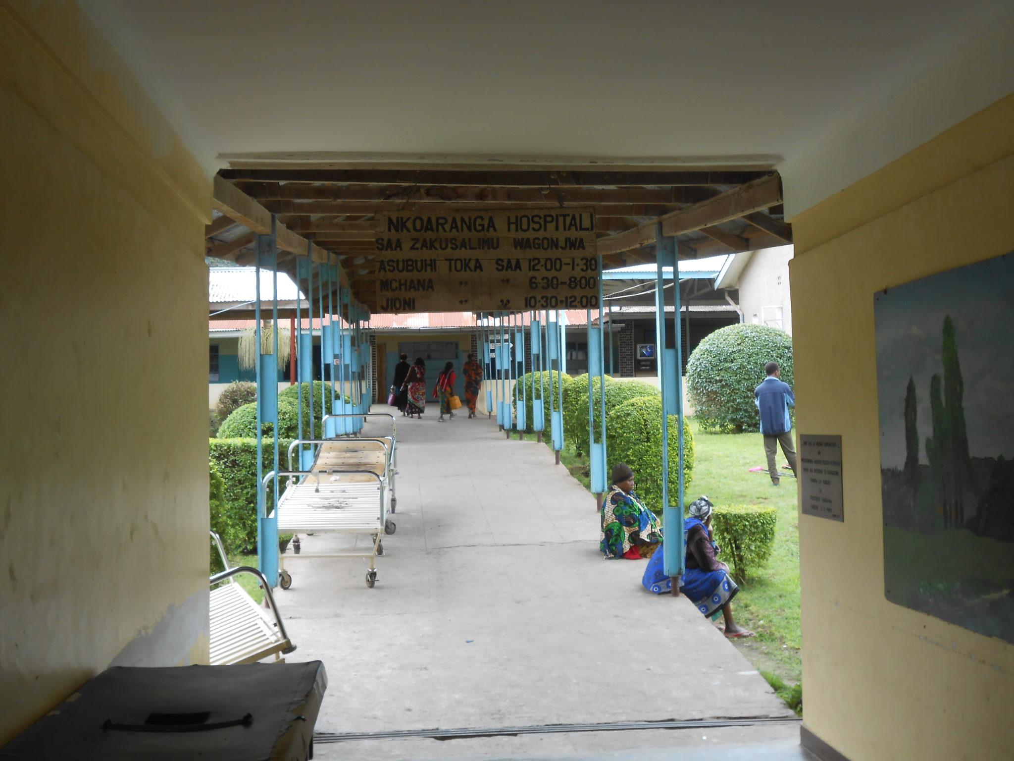 Nkoaranga Lutheran Hospital, doorgang naar de male en female ward