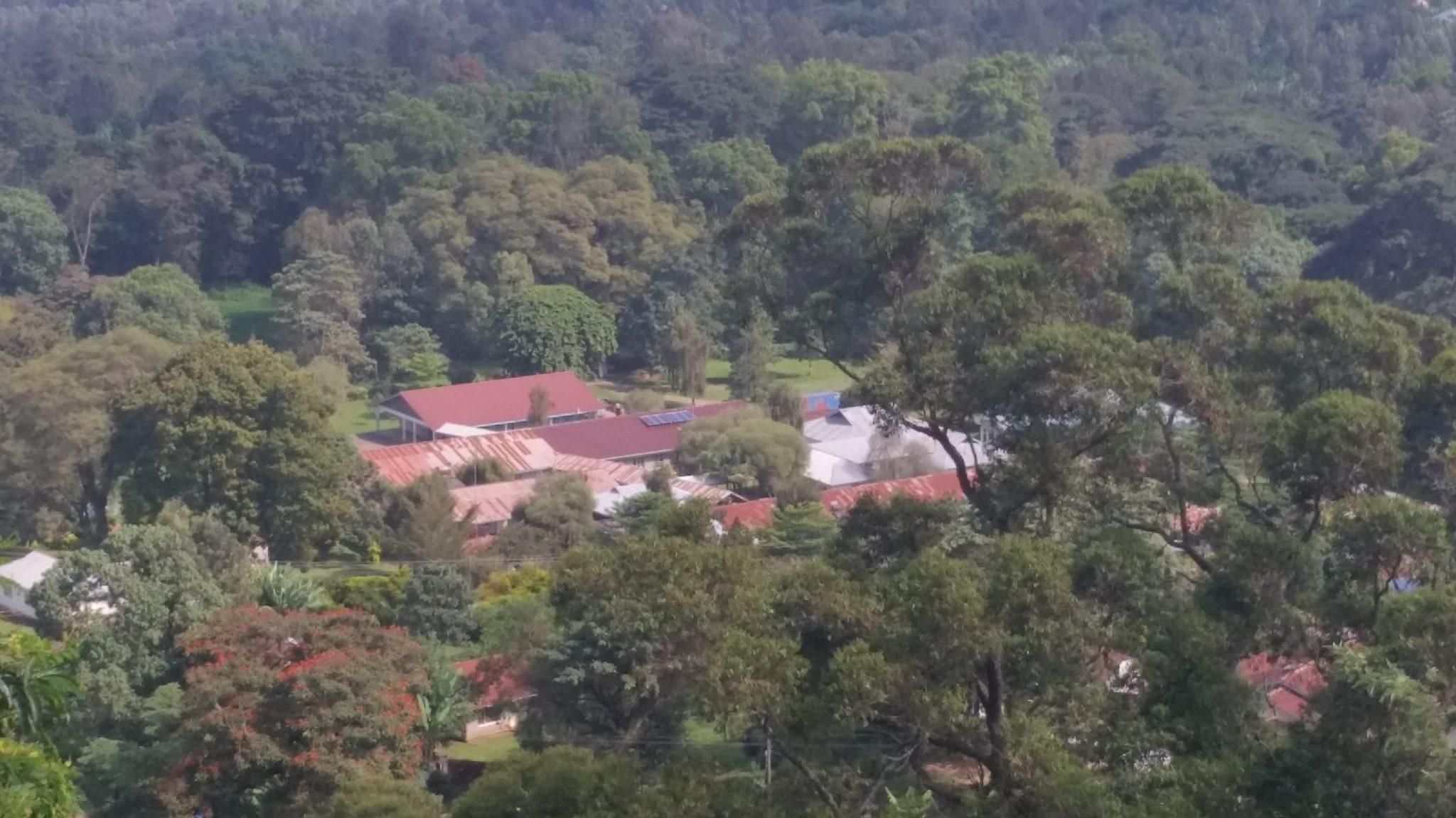 Uitzicht op het ziekenhuis vanaf Ngoja Hill. Onze panelen liggen te schitteren in de zon.