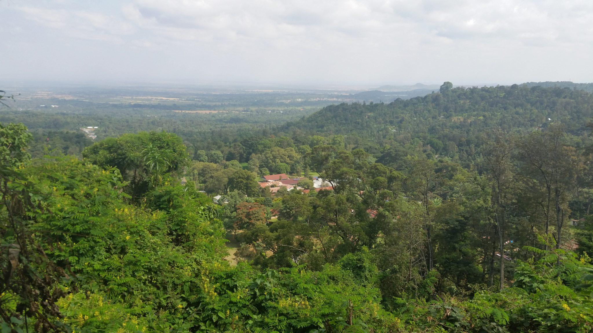 Meer uitgezoomd beeld van de view vanaf Ngoja Hill. Wie goed kijkt, kan ergens 6 nieuwe zonnepaneeltjes zien liggen.
