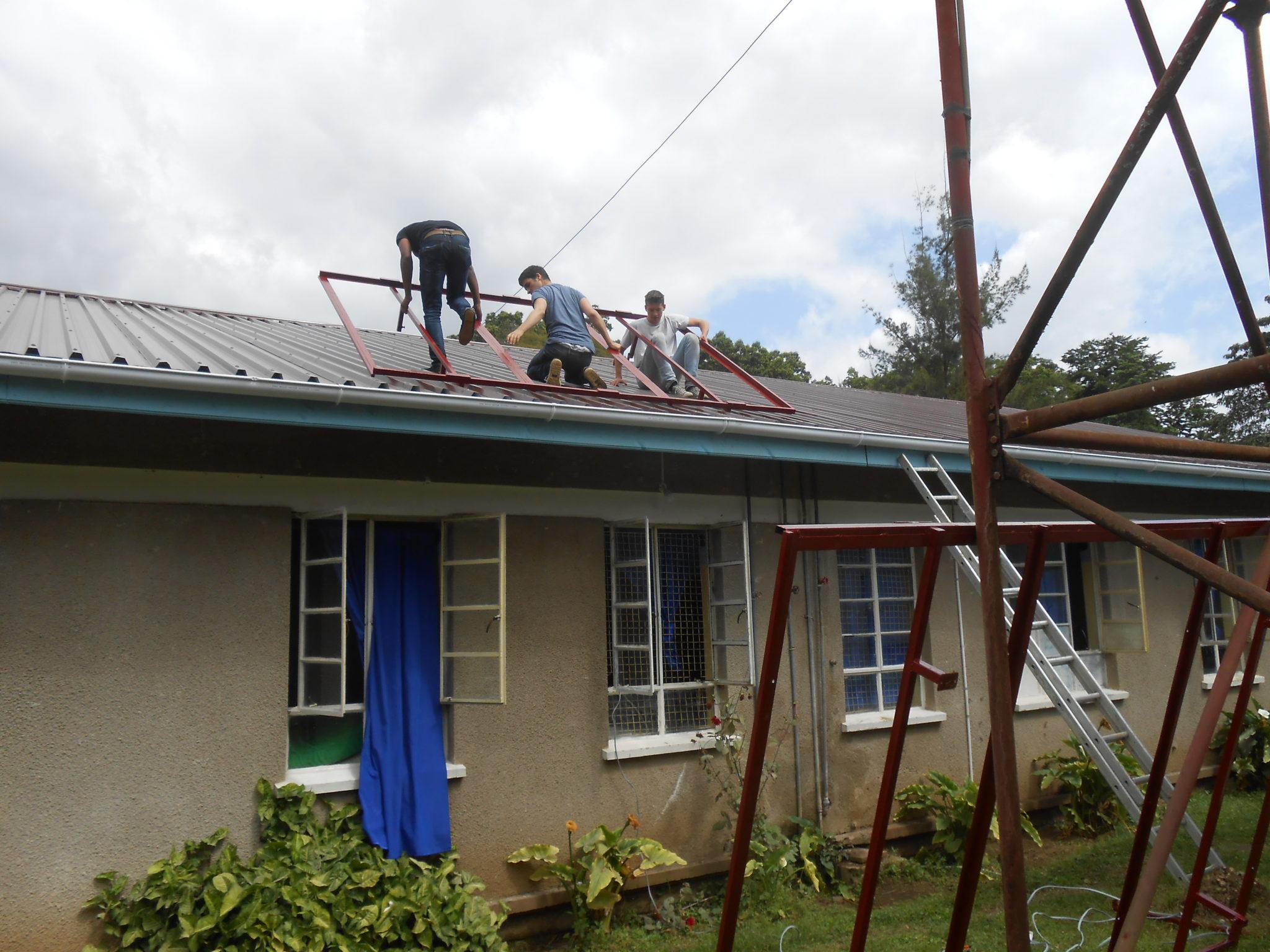 Met behulp van 1 ladder kregen we alles toch (redelijk) snel en veilig naar boven.