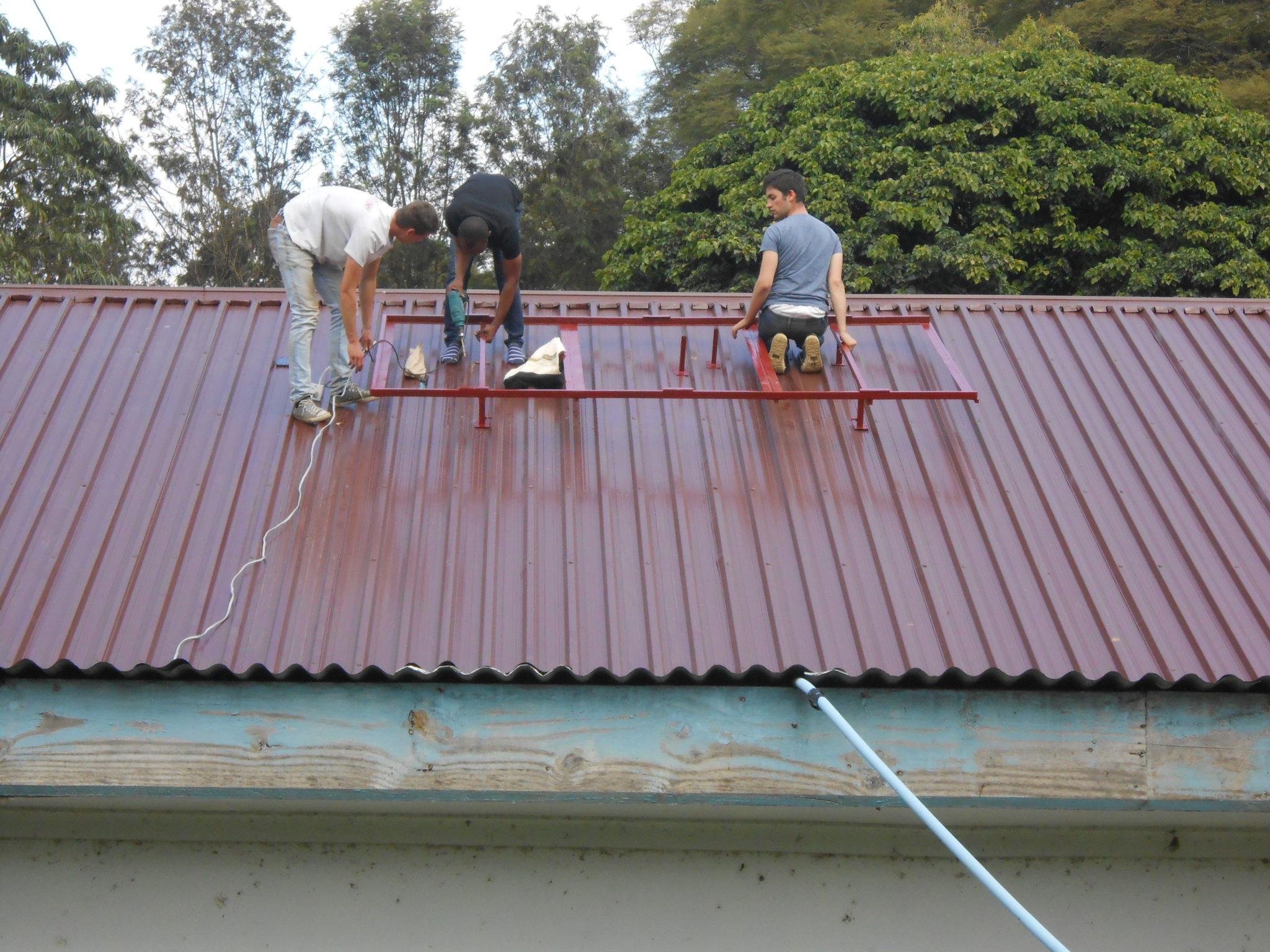 Gaatjes boren. Hierbij moet je opletten om precies in een dakbalk te boren, anders kan je het frame niet stevig vastzetten