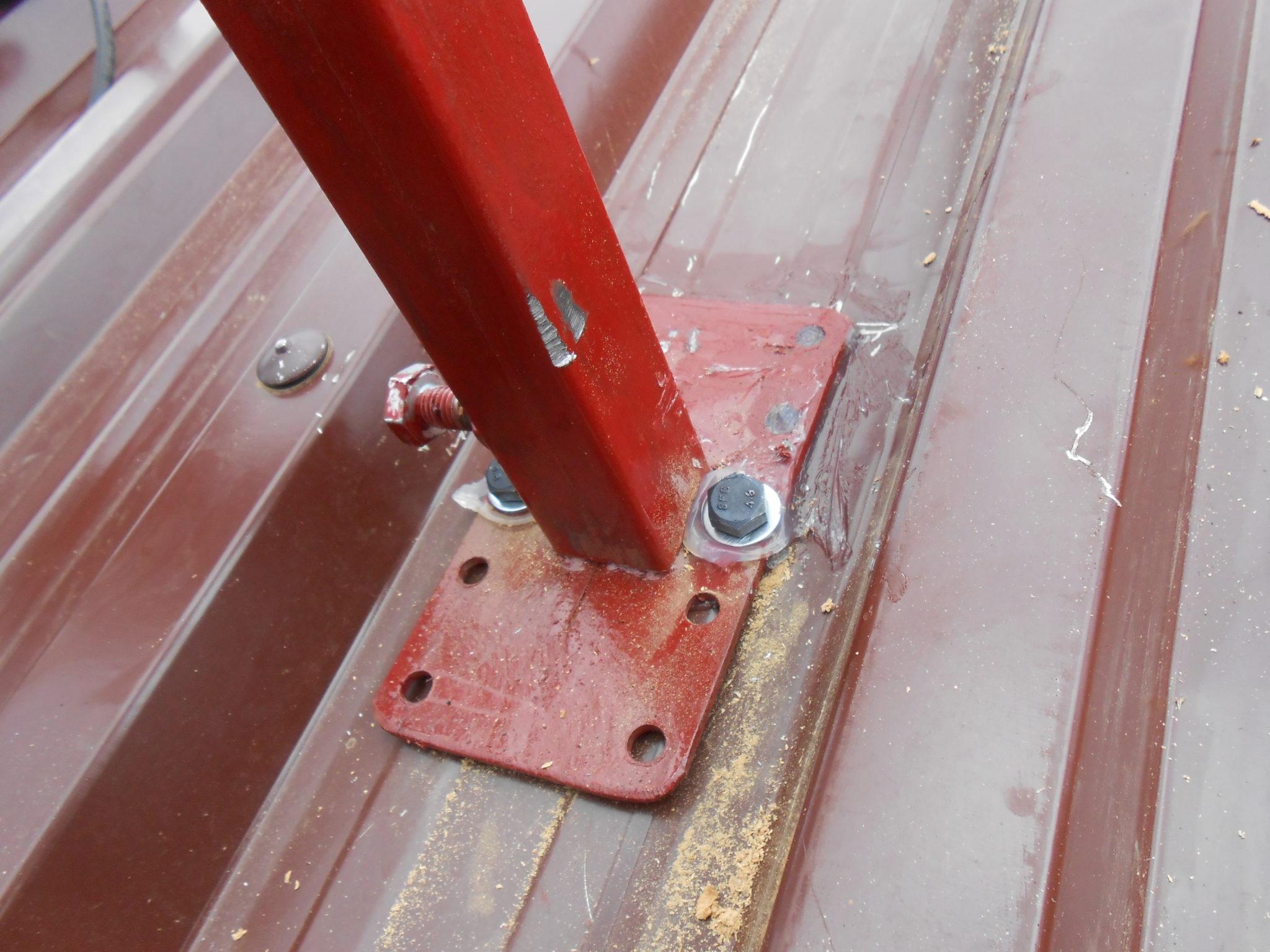 Alle geboorde gaatjes werden goed afgedicht met silicone, om indringing van regen in het dak te vermijden
