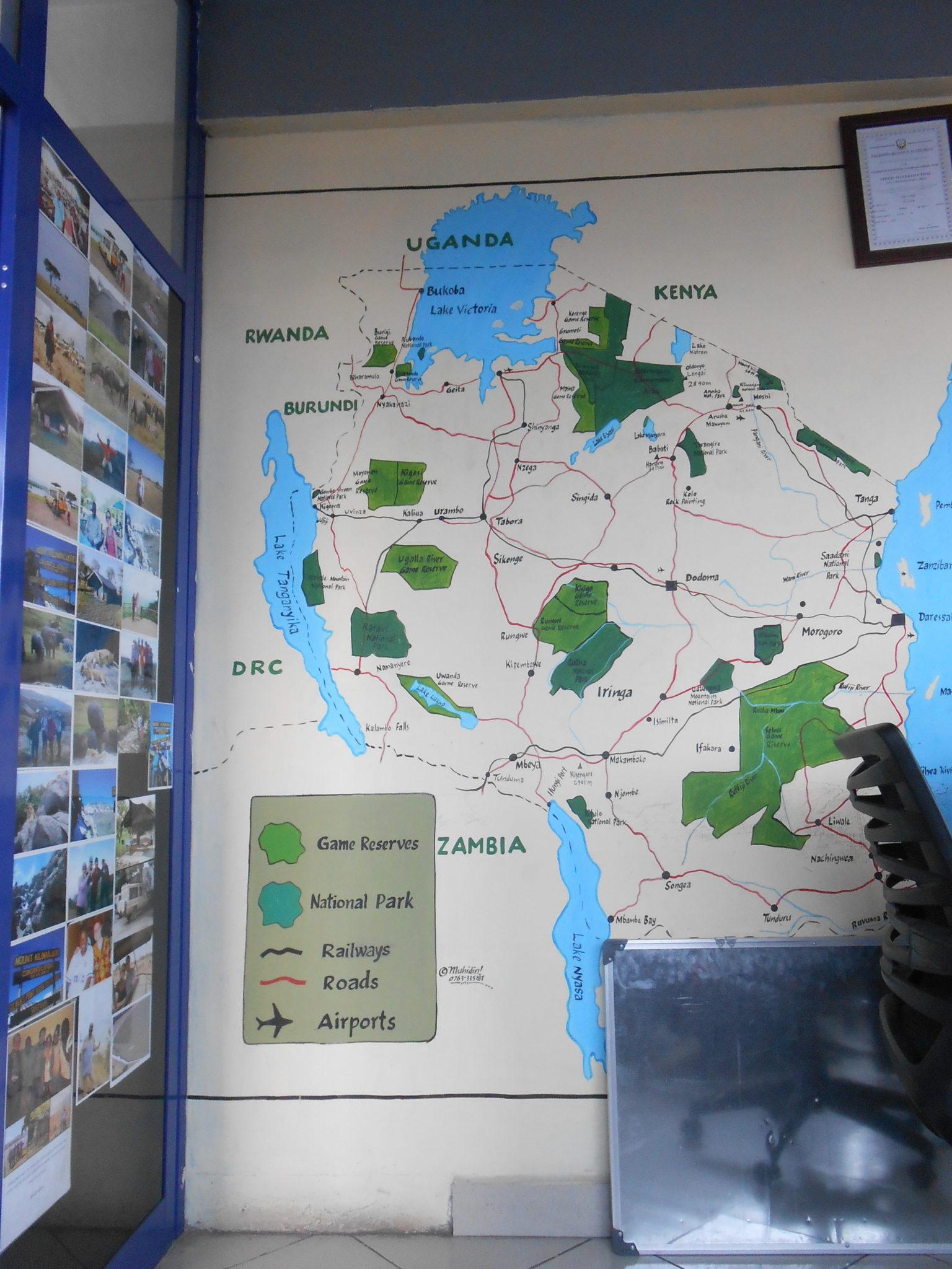 De grote landkaart geschilderd op de muur van het piepkleine kantoor van Faces of Africa