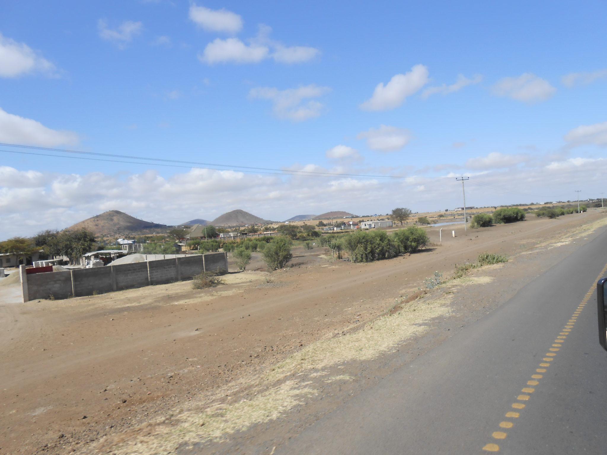 Sfeerbeeldje langs de baan op weg naar de safari. Zo krijg je ook eens een beeld van hoe het Tanzaniaanse platteland er uit ziet. Al kan dat wel sterk verschillen van streek tot streek. Ons hospitaal ligt bijvoorbeeld in een heel groene zone, maar woestijnlandschappen zoals deze zijn ook veel te vinden!
