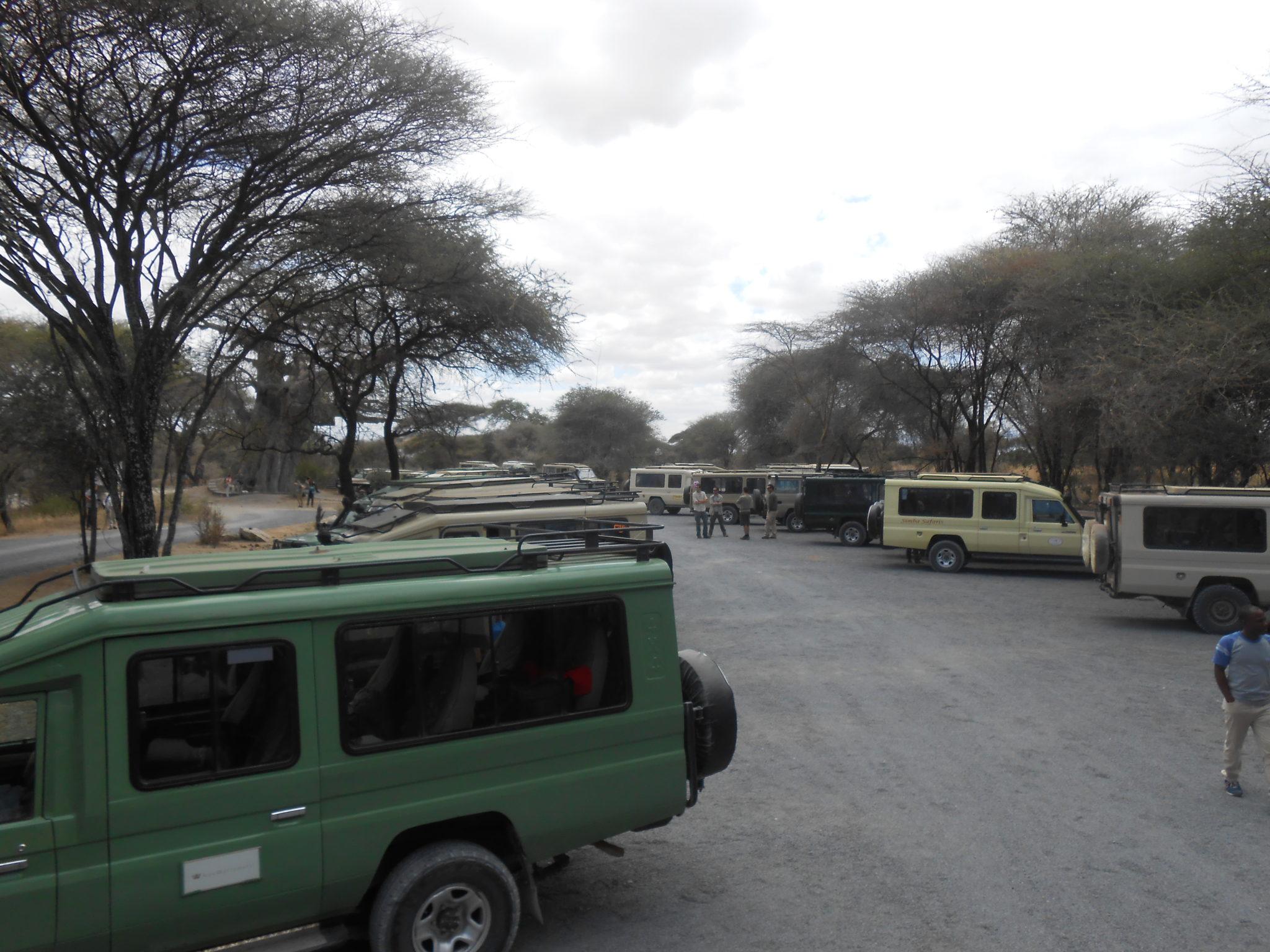 Alle jeeps aan het wachten aan de gate voor Tarangire. Op safari ben je nooit alleen!