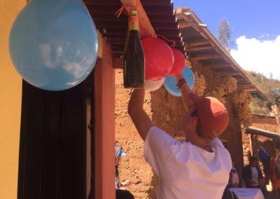 Bruno zijn lengte gebruiken om balonnen op te hangen